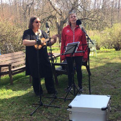 Kaksi muusikkoa soittamassa ja laulamassa pyhiinvaelluksella.