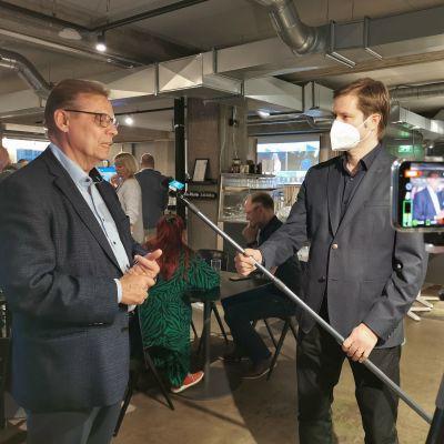 Yle Tampereen toimittaja Antti Palomaa haastattelee Lauri Lylyä