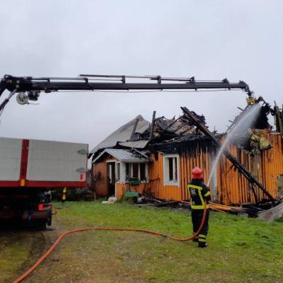 Pelastuslaitos sammuttaa asuinrakennuksen tulipaloa Hankasalmella.