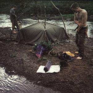 Kymmenellä viimeisellä vaelluksella teimme joen kivistä kiukaan, lämmitimme pari tuntia ja saunoimme tunnin. Erätoveri toimi sekä laavuna, että saunana. Kaksi miestä mahtui kerrallaan. Vihdat ja vedet mukaan ja saunomaan. Peseytymistilatkaan eivät olleet