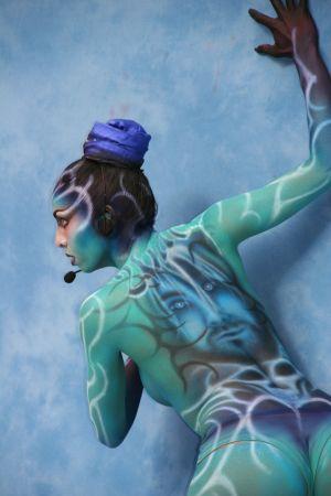 Kvinna bakifrån med kroppsmålning av Kurt Cobain på ryggen