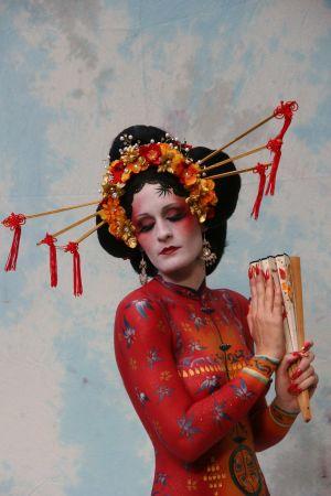 Kroppsmålad kvinna, som geisha