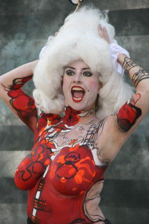 Kroppsmålad kvinna i vit peruk