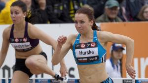 Reetta Hurske tar sig över häckar i Paavo Nurmi Games i Åbo.