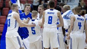 Finlands U20-landslag i basket jublar under hemma-EM år 2016.