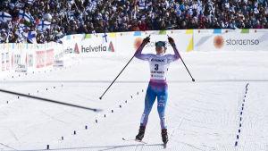 Krista Pärmäkoski i mål som silverdam i skiathlon, VM 2017.