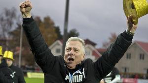 Peter Mattsson firar ligaguldet 2016.