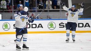 Leo Komarov jublar efter att ha fört upp Finland i 3-2-ledning mot USA.