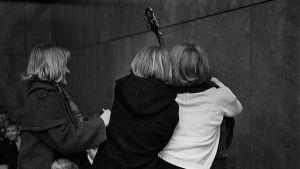 Renegades-yhtyeen ihailijat basisti Ian Malletin kimpussa konsertissa vuonna 1964.
