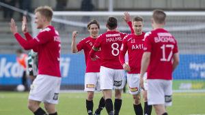 HIFK-spelare firar ett mål.