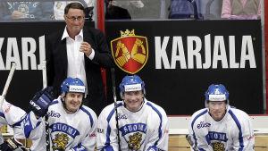Curt Lindström med Ville Peltonen, Jere Lehtinen och Saku Koivu under en välgörenhetsmatch 2014.