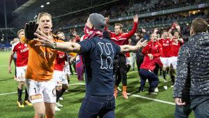Tomi Maanoja försöker stoppa fans från att storma planen, HIFK-HJK, hösten 2016.