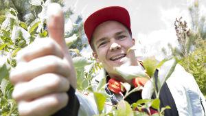 Pekka Hyysalo ger tummen upp, sommaren 2015.
