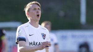 FC Inters Ari Nyman ser upprörd ut.