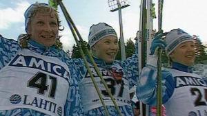 Marja-Liisa Kirvesniemi, Marjo Matikainen ja Pirkko Määttä vastaanottamassa kultaa 15 km hiihdosta Lahden MM-kisoissa 1989