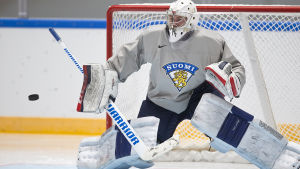 Mikko Koskinen står i mål också mot Tyskland.
