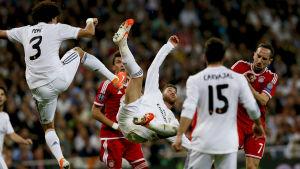 Real och Bayern kämpar om bollen i Champions League.