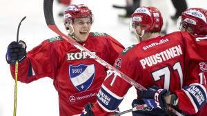 Joonas Rask och Juuso Puustinen firar mål, april 2016.