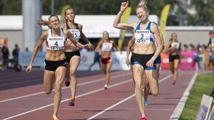 Sara Kuivisto slår Zenitha Eriksson i spurten, 800 meter FM 2016.