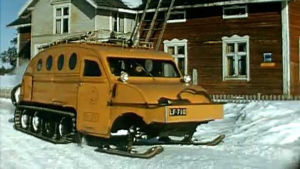 Postin telaketjuilla varustettlu lumiauto, joka liikennöi 1960- ja 1970-luvuilla Lapissa.
