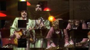 Peruukkeihin ja värikkäisiin asuihin sonnustettu yhtye esiintyy Tasavallassa tapahtuu -ohjelmassa 1976.