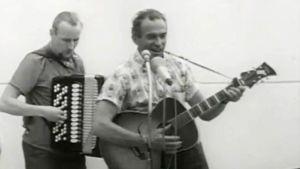 Tapio Rautavaara ja hanuristi esiintyvät rakennustyömaan harjakaisissa 1965.