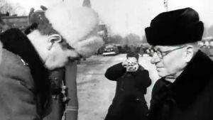 Presidentti J. K. Paasikivi kättelee kunniakomppanian päällikköä virkaanastujaistensa jälkeen 1946.