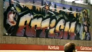 Graffitimaalaus Kontulan metroasemalla, kuvakaappaus TV-uutisista 1988.