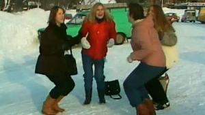 Naiset tanssivat tiputanssia Söndagsöppet-ohjelmassa (1982)