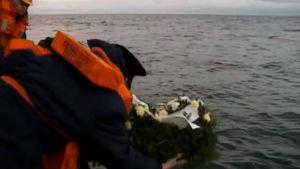 Muistotilaisuus Estonian uhreille Estonian uppoamispaikalla marraskuussa 1994, ohjelmasta Estonia im Memoriam