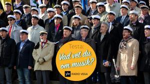 Studentkören Brahe djäknar sjunger in våren på vårdberget i Åbo.