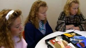 Kolme tyttö istuu pöydän ääressä ohjelmassa Suu kiinni ja valot pois (1991)