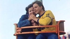 Kale ja hänen tyttöystävänsä Linnanmäen huvipuistossa dokumentissa Elämän kevät.