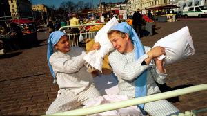 """Silvia Modig ja Mikko """"Peltsi"""" Peltola leikkivät tyynysotaa Summerissa 1999"""