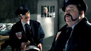 Kaksi poliisia ja vanki (Hono hono -poliisit) ohjelmasta Jopet-show (2006)