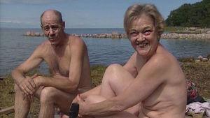 Kaksi naturistia istuu järven rannalla, ohjelmasta Ajankohtainen kakkonen (1996)