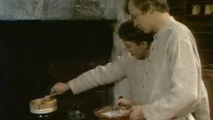 Veijo Vanamo ja Jaakko Kolmonen valmistavat ruokia