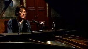 Yari Knuutinen soittaa flyygeliä ja laulaa.