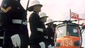 Ison-Britannian sotilasjoukkoja rivissä