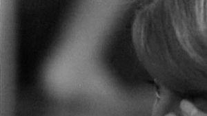 Tove Jansson nojaa kasvojaan nyrkkiinsä.