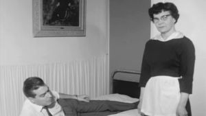 Toimittaja Timo Putkonen yrittää tilata hotellihuoneeseen olutta. Tarjoilija ei toteuta tilausta. (1967)