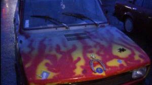 Lähikuvassa auto, johon on maalattu liekkejä.