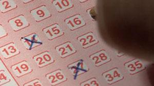 Lottokupongin täyttämistä, ohjelmasta Onni ja lisänumero (2004)