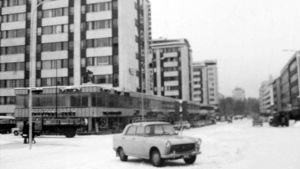 Auto Oulun hallituskadun keskellä olevalla parkkipaikalla vuonna 1965