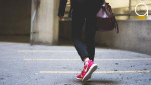 Nainen kävelee pihan poikki.