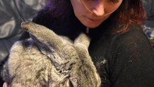 Kvinna med kanin.
