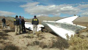 Yhdysvaltain kansallisen ilmailuviraston onnettomuustutkijat ovat katsomassa aluksen hylkyä Mojaven autiomaassa, Kaliforniassa.