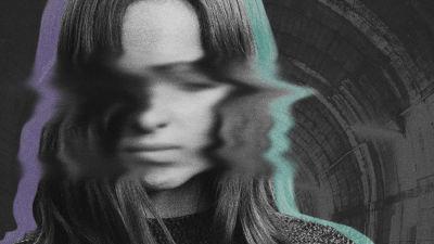 Nainen mustavalkoisessa kuvassa, jota muokattu sumuiseksi