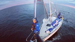 Michael Wahlroos på sin segelbåt, mitt ute på havet.