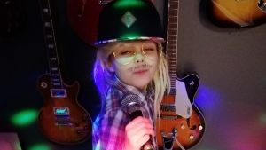 8-vuotias teresa poseeraa Stiginä